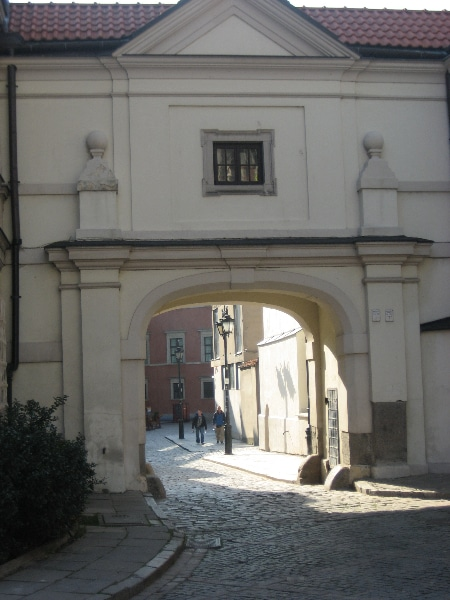 Widok na bramę prowadzącą na Dziedziniec Kuchenny Zamku Królewskiego